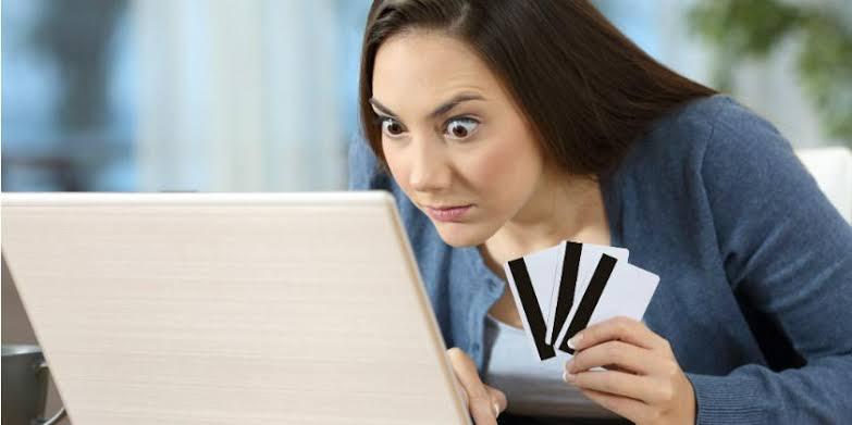 mujer desesperada por comprar en internet